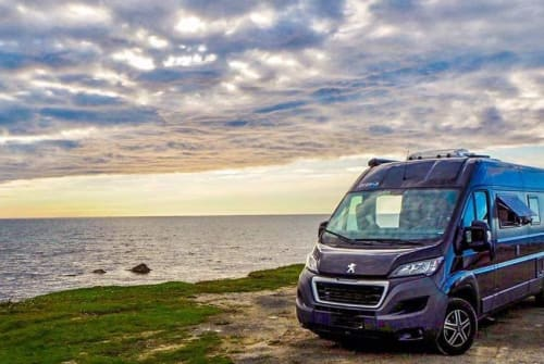 Hire a campervan in Hamburg from private owners| Bravia BLACKSWAN Trend