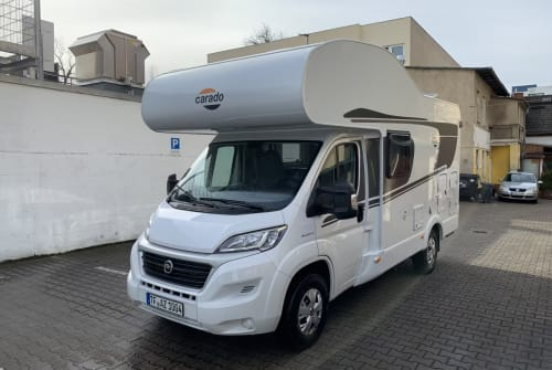 Hire a campervan in Berlin from private owners| Carado Alkoven